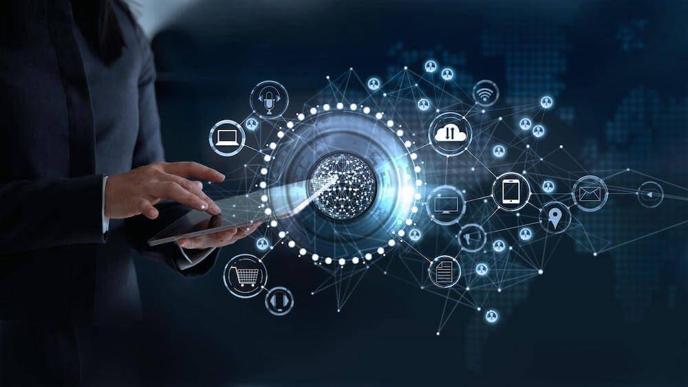 imagem ilustrativa com um home à esquerda segurando um tablet, e ao redor desse tablet luzes e ícones representando mobile e tecnologias